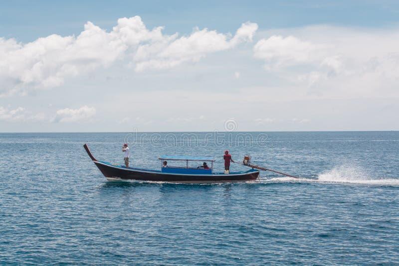 Navegación del barco de largo atado en el mar en la isla de Lipe en Tailandia imágenes de archivo libres de regalías