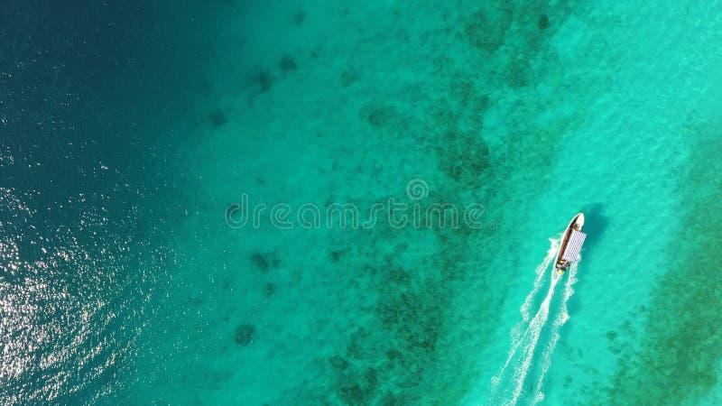 Navegación del barco de motor en el océano fotografía de archivo libre de regalías