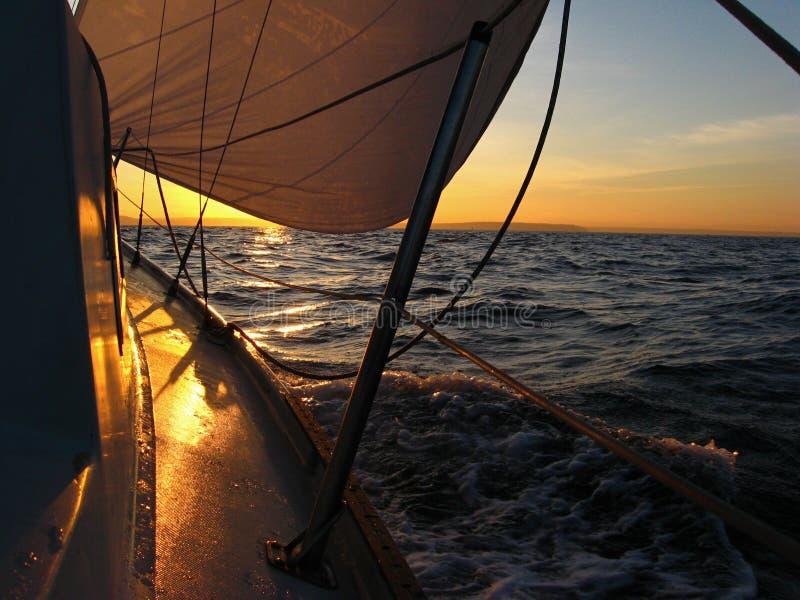 Navegación del barco de vela en la salida del sol fotos de archivo libres de regalías
