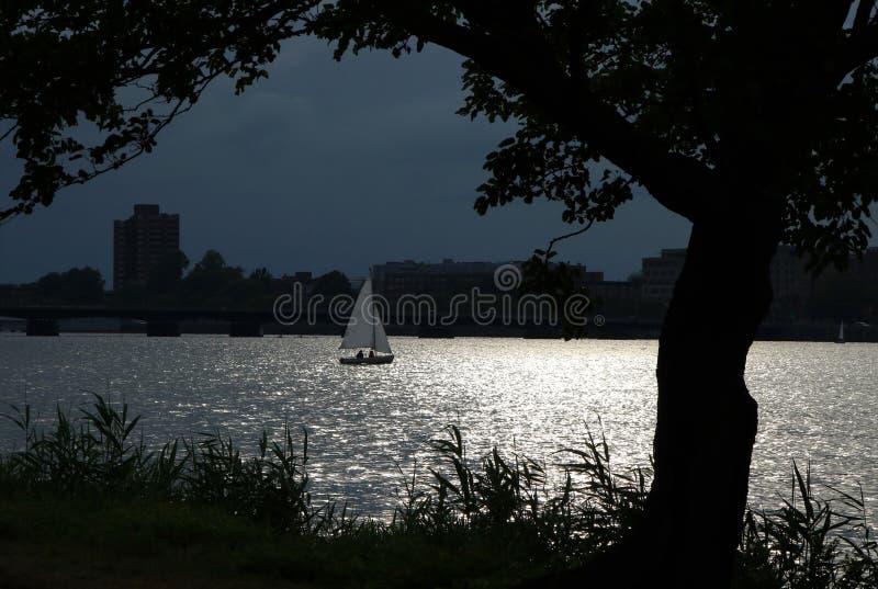 Navegación del barco en un claro de luna imágenes de archivo libres de regalías