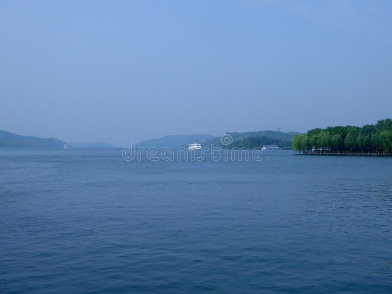 Navegación del barco en un lago con el fondo del cielo azul fotografía de archivo