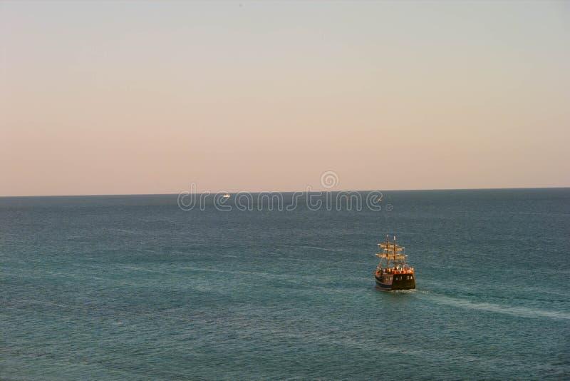 Navegación del barco pirata en el agua en la Florida fotos de archivo libres de regalías
