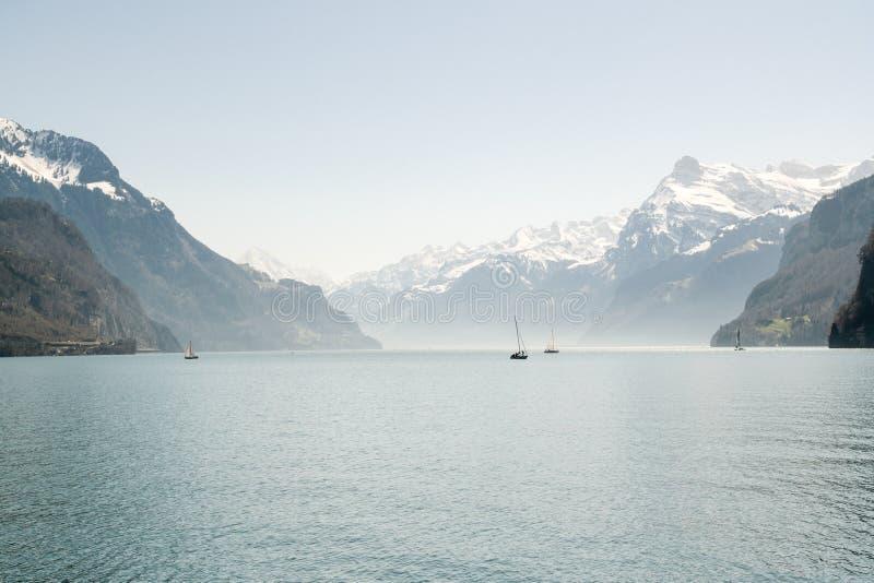 Navegación del bote pequeño en el lago Alfalfa cerca de Brunnen en Suiza foto de archivo