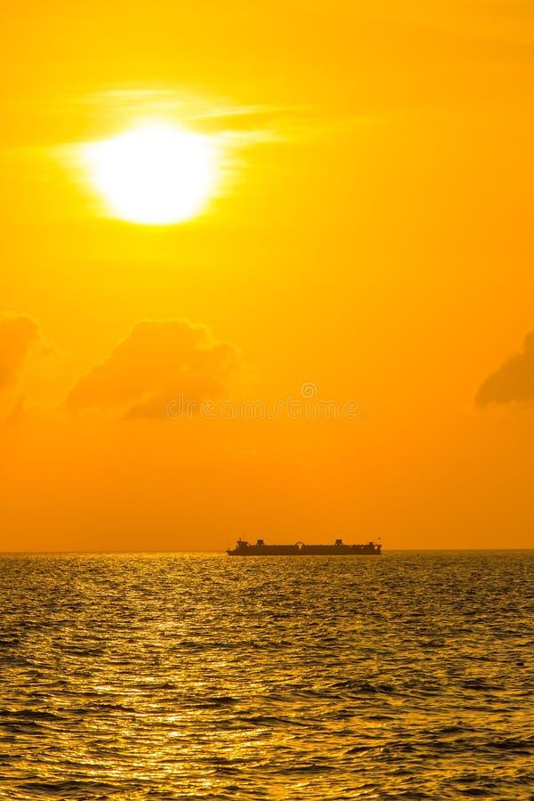Navegación del buque de carga en la puesta del sol fotografía de archivo libre de regalías