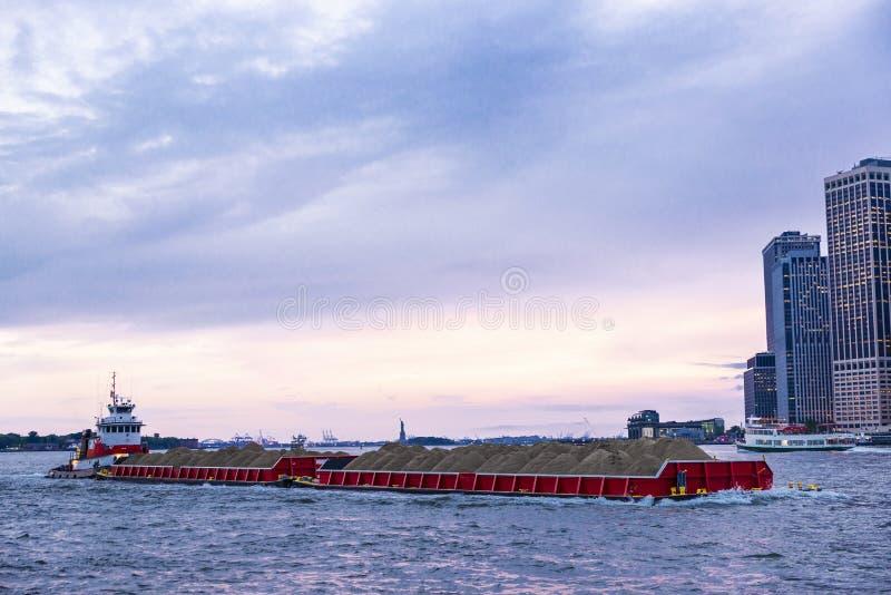 Navegación del buque mercante cargada con las pilas de arena en New York City, los E.E.U.U. fotos de archivo