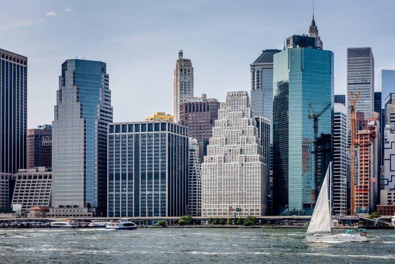 Navegación del East River a lo largo del Lower Manhattan fotos de archivo libres de regalías