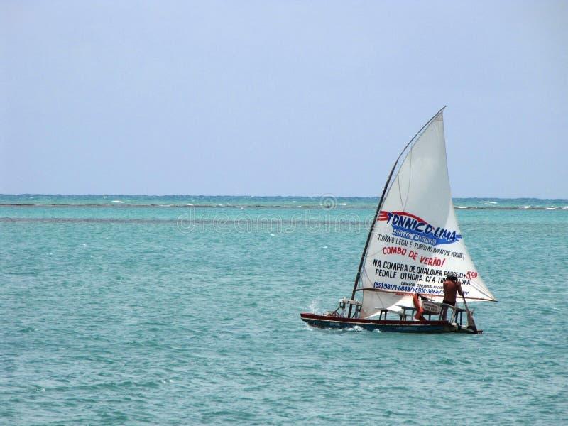 Navegación del trabajador en su barco que busca a turistas imagen de archivo