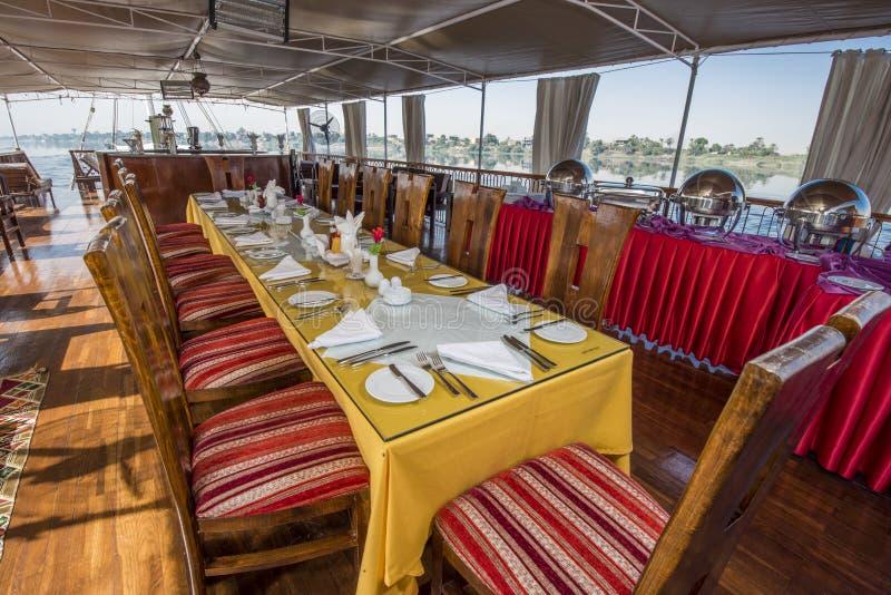 Navegación egipcia grande del barco de río del dahabeya en el Nilo con la cena de t foto de archivo libre de regalías
