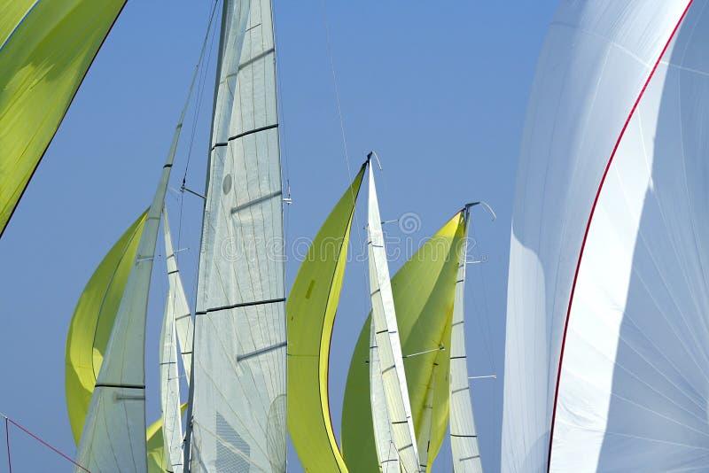 Navegación en buen fondo del viento/de las velas fotos de archivo