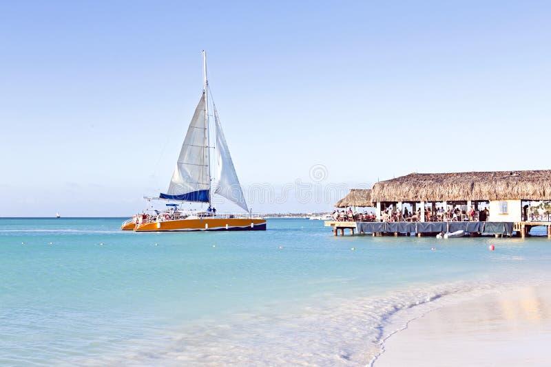 Navegación en el mar caribic azul fotos de archivo