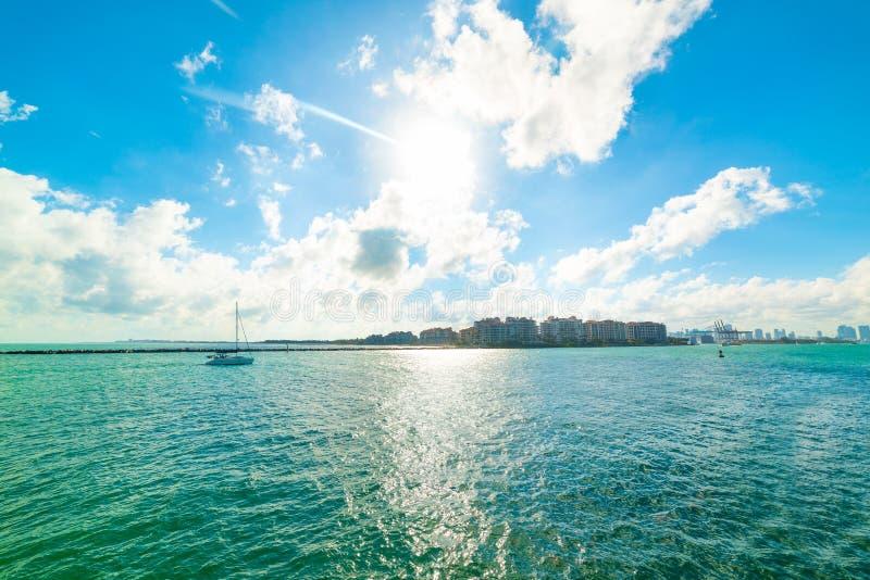 Navegación en la bahía de Miami Beach debajo de un sol brillante fotos de archivo