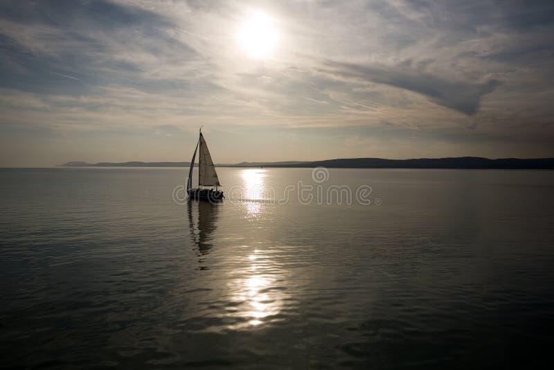 Navegación en la puesta del sol. fotografía de archivo libre de regalías