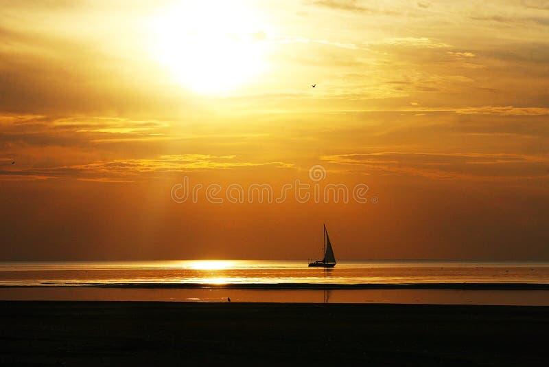 Navegación en la puesta del sol fotos de archivo
