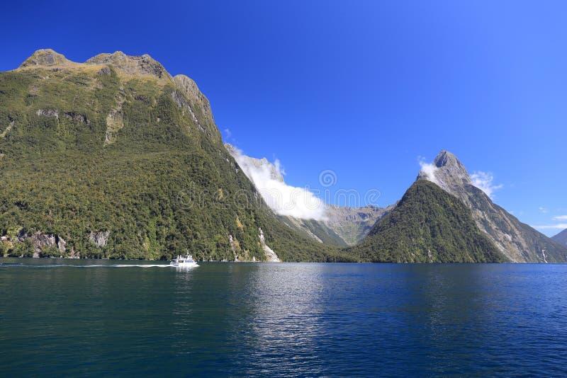 Navegación en Milford Sound en la isla del sur de Nueva Zelanda imágenes de archivo libres de regalías