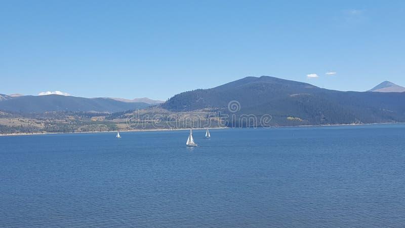 Navegación en un lago de la montaña en Colorado foto de archivo libre de regalías