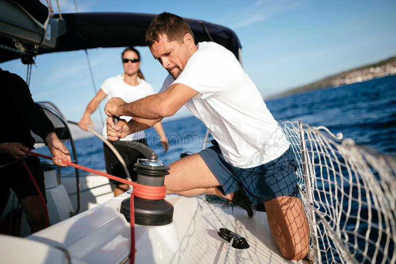 Navegación hermosa del hombre fuerte con sus amigos fotografía de archivo libre de regalías
