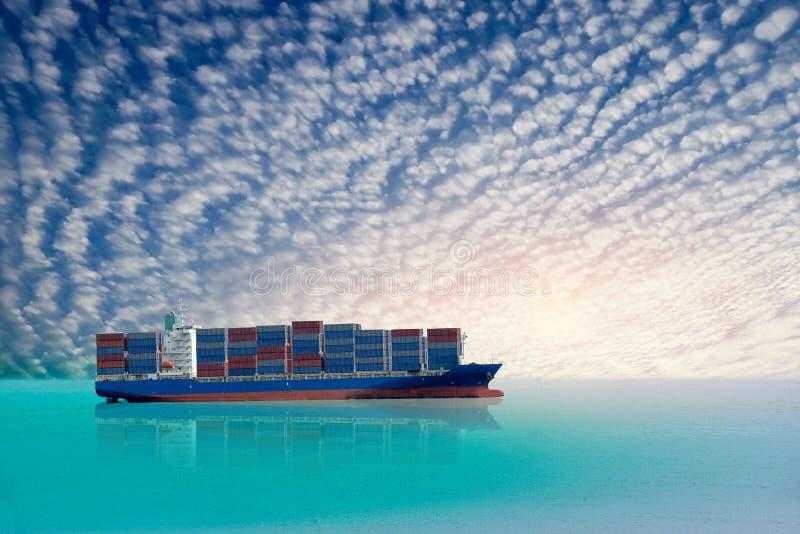 Navegación internacional del buque de carga del envase en el océano imagen de archivo