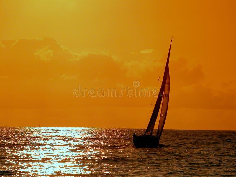 Navegación a la puesta del sol imagen de archivo