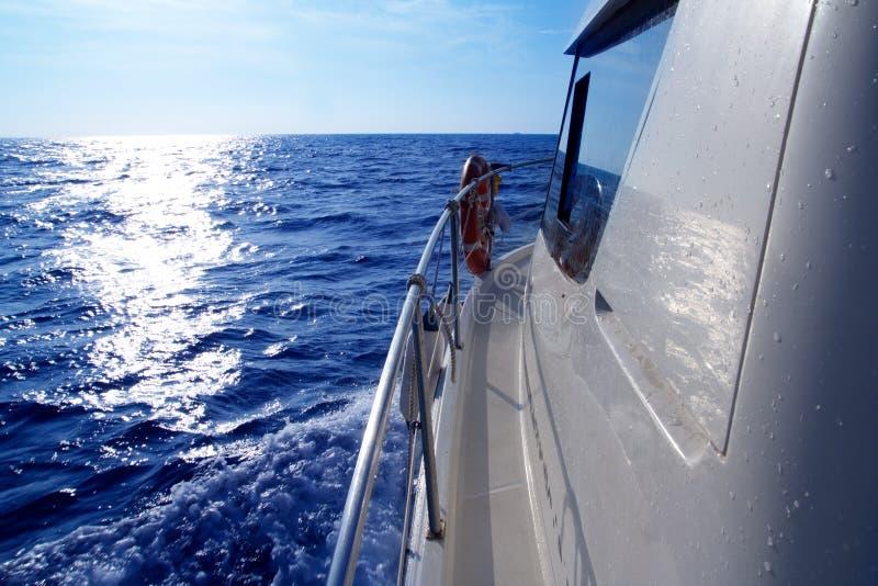 Navegación lateral del barco en la reflexión azul del sol del mar fotografía de archivo libre de regalías