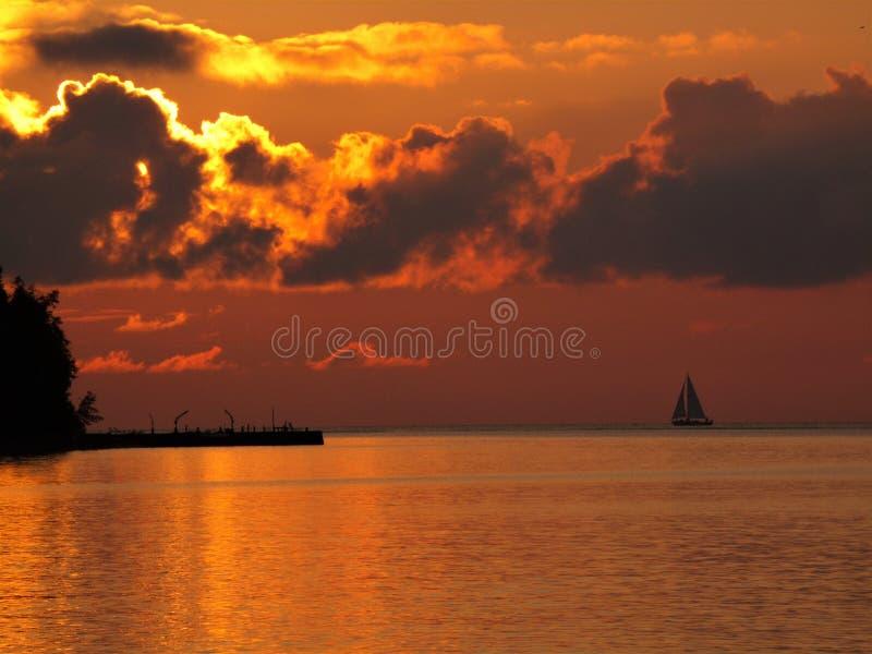 Navegación lejos a la puesta del sol foto de archivo