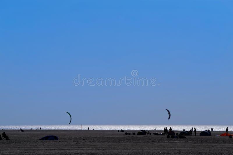 Navegación o arena de la tierra que navega en la playa en la tarde imagen de archivo