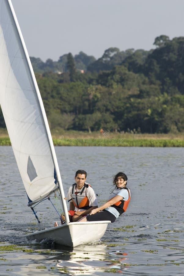 Navegación a través del lago - vertical de los pares fotos de archivo