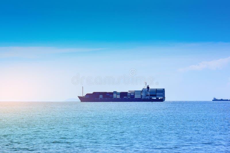 Navegaci?n de portacontenedores en el mar fotografía de archivo libre de regalías