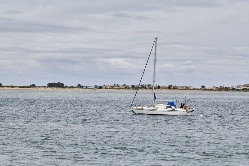 Navegaci?n del barco en el mar fotografía de archivo libre de regalías