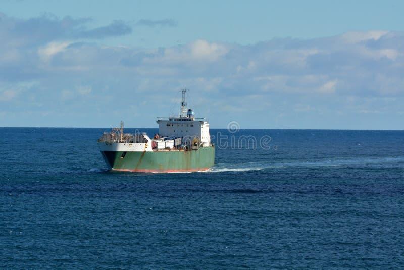 Navegaci?n del buque de carga en el mar foto de archivo