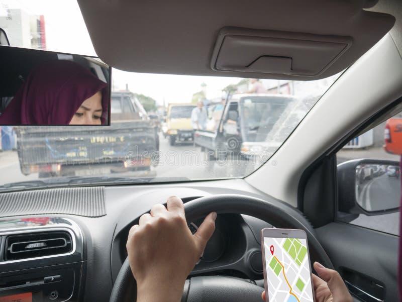Navegaci?n del mapa de GPS en el tel?fono elegante mientras que conduce un coche imágenes de archivo libres de regalías