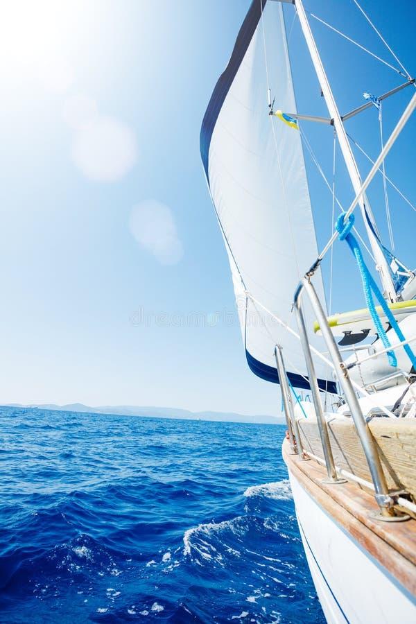 navegaci?n Env?e los yates con las velas blancas en el mar abierto imagen de archivo libre de regalías