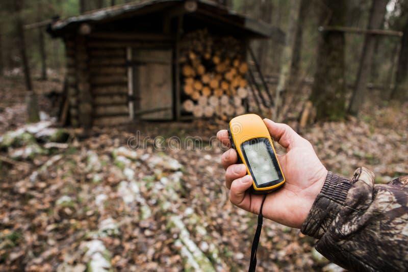 Navegador de GPS na floresta imagem de stock royalty free