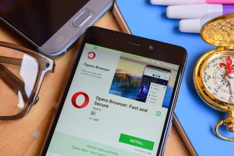 Navegador de la ópera: Uso rápido y seguro del revelador en la pantalla de Smartphone fotografía de archivo libre de regalías