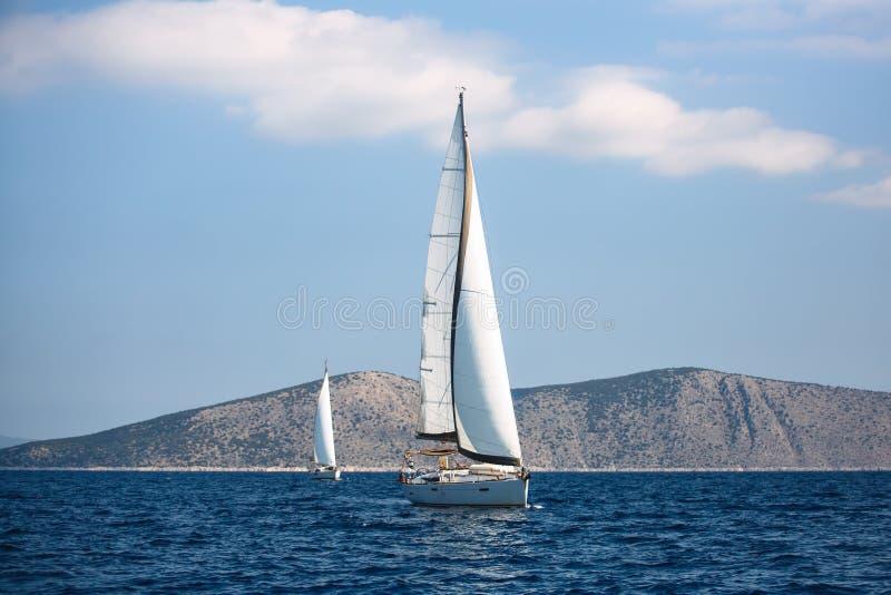Navegando barcos luxuosos participe na regata do iate da vela, Mar Egeu fotos de stock