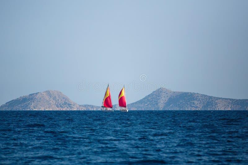 Navegando barcos luxuosos participe na regata do iate da vela, Mar Egeu fotos de stock royalty free