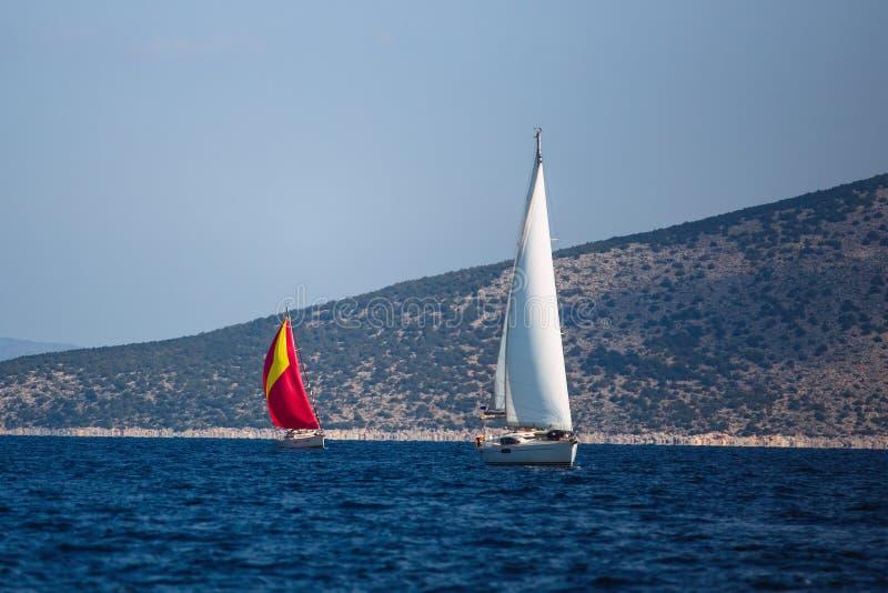 Navegando barcos luxuosos participe na regata do iate no Mar Egeu fotografia de stock royalty free