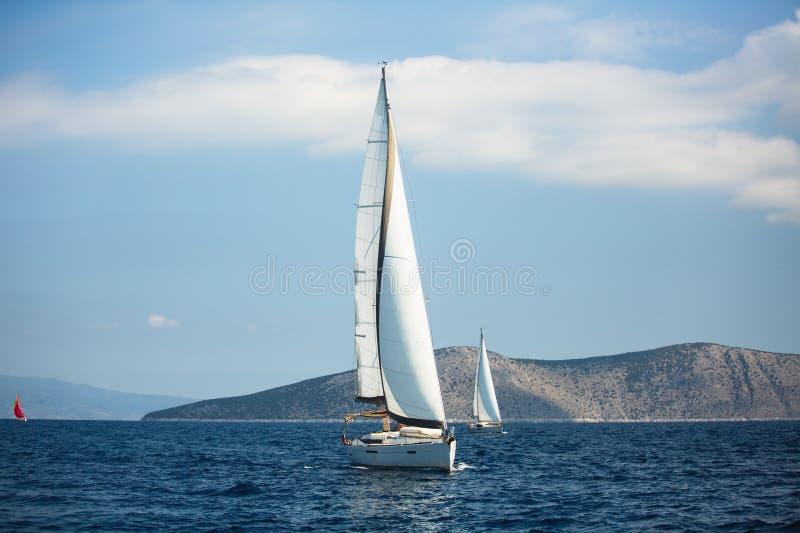 Navegando barcos luxuosos participe na regata do iate no Mar Egeu em Grécia imagens de stock royalty free