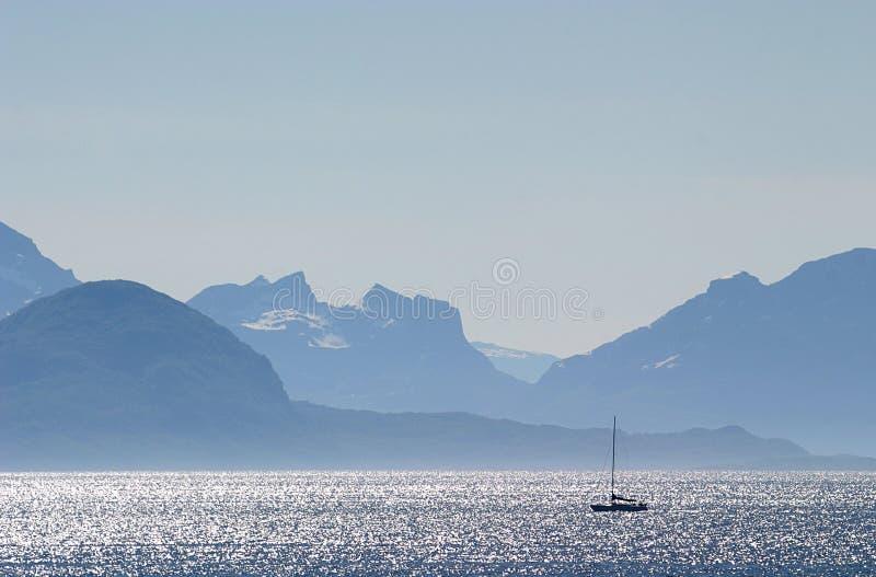 Navegando durante salida del sol, Noruega imagen de archivo