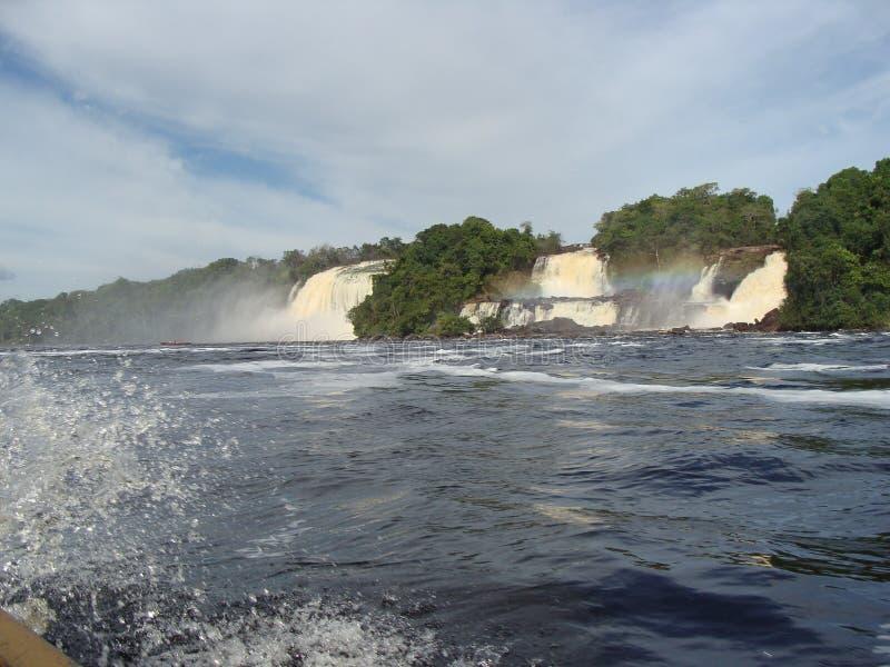 Navegando en la laguna en frente las cascadas foto de archivo