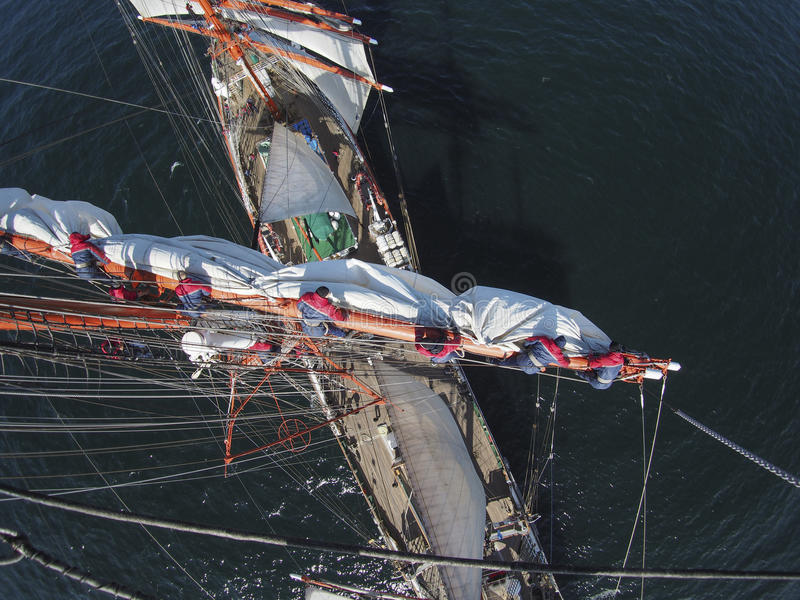Navegando en tallship o el velero, visión desde en alto fotografía de archivo