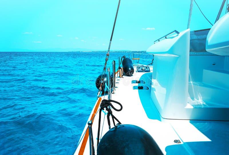 Navegando o catamarã do iate no mar em Grécia, águas de turquesa do Mar Egeu perto de Atenas foto de stock