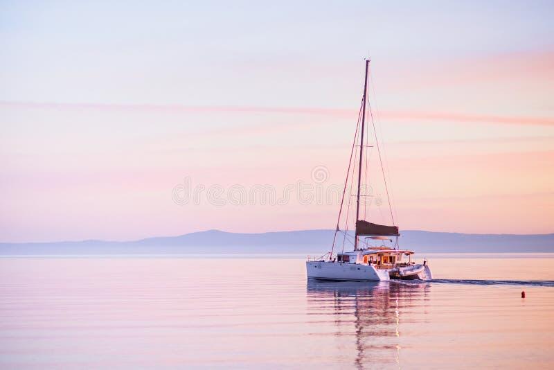 Navegando o iate no mar Mediterrâneo no por do sol, no curso e no conceito ativo do estilo de vida foto de stock royalty free