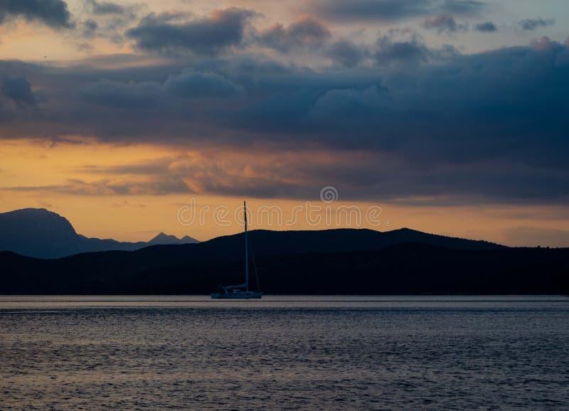 Navegando o iate no por do sol em Grécia imagem de stock
