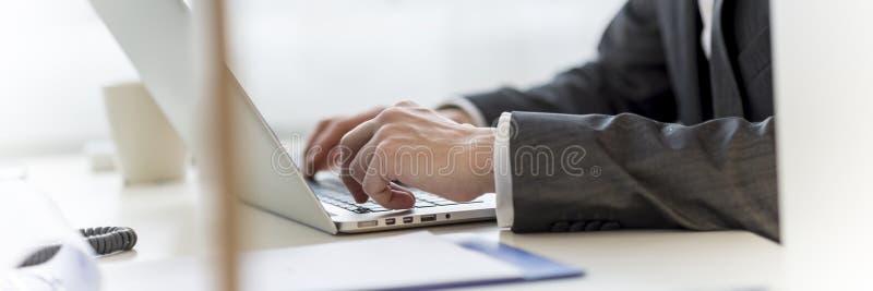 Navegando o Internet no laptop imagem de stock