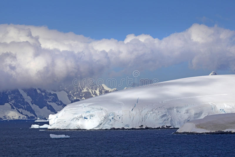 Navegando a través del canal de Lemaire, la Antártida imagen de archivo