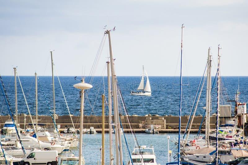 Navegue el barco y los barcos de pesca en puerto en la isla del sardegna en Italia imagen de archivo libre de regalías