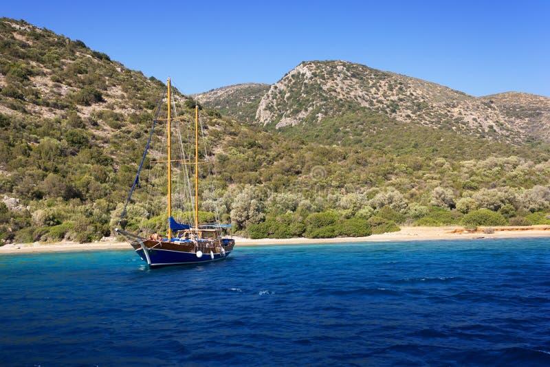 Navegue en el ancla en una bahía hermosa cerca de Bodrum foto de archivo
