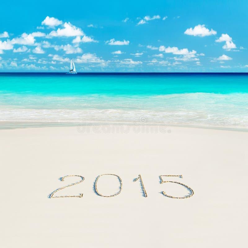 Navegue en la playa tropical y el subtítulo arenoso de la Feliz Año Nuevo 2015 S fotografía de archivo libre de regalías
