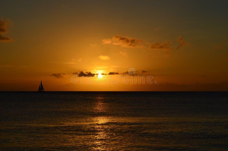 Navegue en la puesta del sol foto de archivo libre de regalías