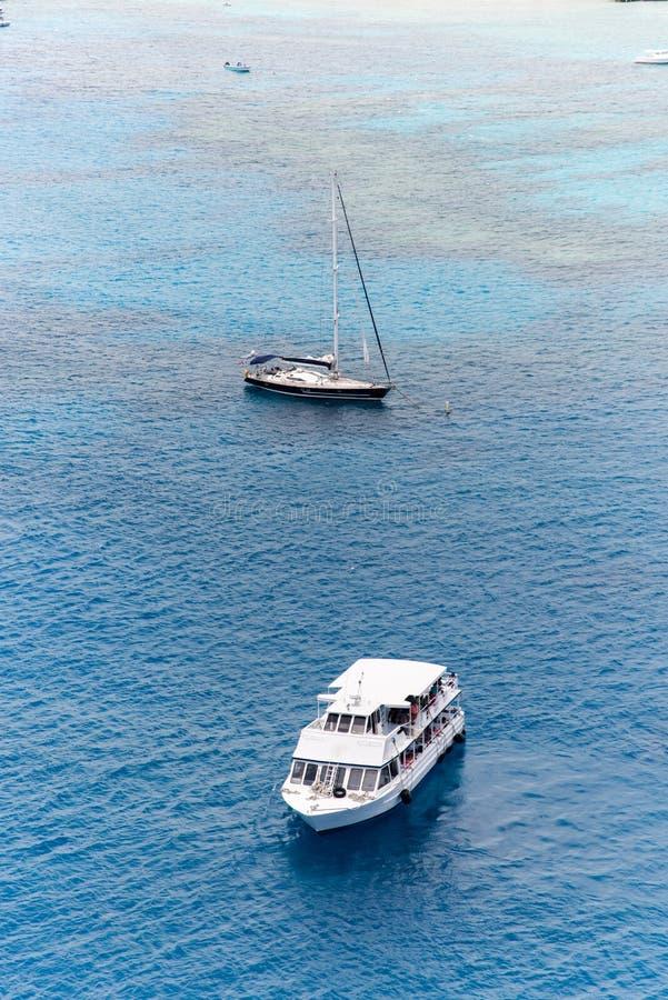 Navegue la navegación en el mar abierto al lado de un pequeño barco fotos de archivo libres de regalías